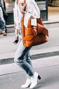 Take a look at the best what to wear with mom jeans in the photos below and get ideas for your outfits! Update your denim outfit rotation this season with the freshest mom-jean outfits you can wear to the office. Mode Outfits, Jean Outfits, Fashion Outfits, Fashion Trends, Fashion Clothes, Fashion Bags, Office Outfits, Trendy Fashion, Fashion Week Paris