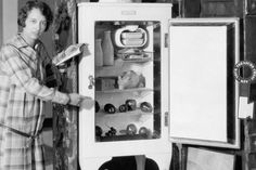 1927 GE Monitor top refrigerator on display. Why are there knives driven into the floor of the stand? Vintage Fridge, Retro Fridge, Vintage Kitchen, 1920s Kitchen, Vintage Cooking, Important Inventions, Scientific Inventions, Vintage Refrigerator, Clean Fridge