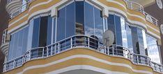 Balkonu kapattırmak son yıllarda adeta zorunluluk haline geldi. Hem evi biraz genişletiyor hemde balkonlarda yaşanan kuş pisliği, temizleme sorunu gibi problemlerin önüne geçiyor. Balkon kapattırmada en çok öne geçen sistem ise cam balkonlardır.