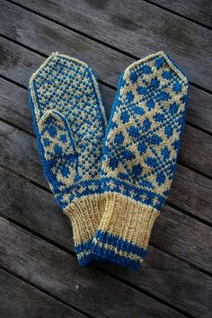 Ravelry: Selbu Design Mittens pattern by Arne & Carlos Knitted Mittens Pattern, Knit Mittens, Knitted Gloves, Knitting Socks, Hand Knitting, Ravelry, Wrist Warmers, Hand Warmers, Knitting Stitches
