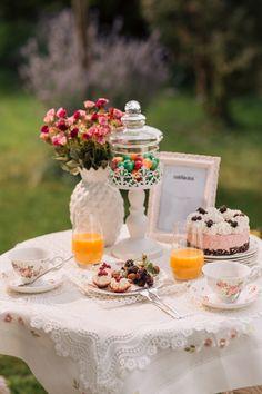 Zilele însorite de vară sunt ideale pentru a petrece cât mai mult timp în compania celor dragi, savurând o ceașcă de cafea sau o prăjiturică cu fructe. #ceasca cafea #vaza #tacamuri inox #pahare sticla #pahare leonardo #flori de corative #fata de masa Table Decorations, Sweet, Wedding, Home Decor, Candy, Valentines Day Weddings, Decoration Home, Room Decor, Weddings