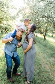 6 Tips For Amazing Maternity Photos | Bump style | maternity style | spring fashion | mom style | pregnancy outfit | Family photos | Fresno Photographer
