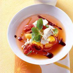 Eine kalte Sommersuppe in den Farben Italiens: Rote Tomaten, weißer Mozzarella und grünes Basilikum treffen sich in einer erfrischenden Kombination.