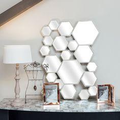 Ce miroir en métal formé par de multiples hexagones apportera une touche tendance graphique à votre décoration !  Vous craquerez pour son aspect vieilli ! Largeur : 80cm Hauteur : 60cm Poids : 5kg- Matériau : Métal - Coloris : Or vieilli ou argent vieilli - Largeur : 80 cm - Hauteur : 60 cm