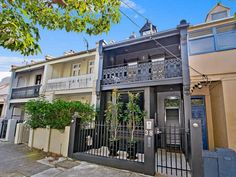 Stalking Terraces w/ Tiny Backyards. Two tiny terraces in Sydney today. (via desiretoinspire) Terrace House Exterior, Victorian Terrace House, Victorian Houses, Terraced House, Front Fence, Villa, House Beds, Terrace Garden, House Painting