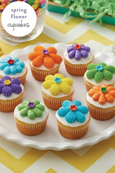 These spring cupcakes are perfect for birthday parties and other spring celebrations. Mix and match colors to your liking to create treats that are perfectly suited to your party. Get the how-to from (Spring Cake Decorating) Cupcakes Flores, Frost Cupcakes, Kid Cupcakes, Easter Cupcakes, Flower Cupcakes, Garden Cupcakes, Funny Cupcakes, Balloon Cupcakes, Mermaid Cupcakes