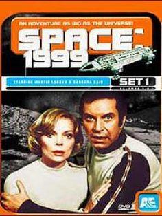 Espacio 1999 (1975-1977). Una inesperada explosión en la Luna pone fuera de órbita a la base lunar de Alpha; a partir de ese momento el comandante John Koenig (Martin Landau), la doctora Russell (Barbara Bain) y los 309 tripulantes de la base, lanzados a la inmensidad del espacio, viajarán por los más remotos rincones... Sci Fi Tv, Sci Fi Movies, Hero Movie, Movie Tv, Old School Film, Mejores Series Tv, Pulp Fiction, Image Film, Kino Film