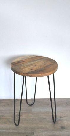 Bijzettafeltje, metalen pootjes en houten blad.  Diameter: 35cm Hoogte: 50cm