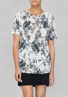 With an abstract botanic print, this soft t-shirt has a classic fit.