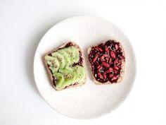Pain à l'avoine et miel + Confiture de fruits rouges et graines de chia • Hellocoton.fr