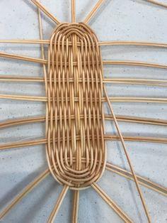 Rattan Basket, Basket Bag, Wicker, Rope Crafts, Diy Crafts, Basket Weaving Patterns, Making Baskets, Newspaper Crafts, Owl Art
