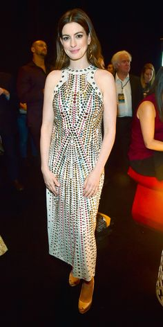Anne Hathaway wowed in an embellished Bottega Veneta dress styled with Giuseppe Zanotti peep-toe pumps. Hollywood Actress Photos, Hollywood Heroines, Anne Hathaway Style, Beautiful Brown Eyes, Oscar Dresses, Glamorous Dresses, Column Dress, Russian Models, Queen