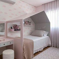 Quarto menina l Destaque para o design da  cama em forma de casinha no tom cor de rosa externo e cinza interno. Eu simplesmente estou apaixonada ♡♡♡ Projeto Andréa Reis via Coisas da Doris #bedroom #architect #quartodemenina #girlroom #girls #pink #barbie #beautiful #luxurydesign #cute #arquitetura #decor #casadeboneca #boneca #instadecor #instago #instagirl #homedecor #menina #blogfabiarquiteta #fabiarquiteta