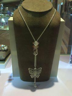 Colliers Pandora / Pandora Necklaces Idées de compositions de colliers Pandora. Il y a de la créativité dans l'air !! http://www.bijoux-et-charms.fr/44-pandora-collier-chaine-pendentif