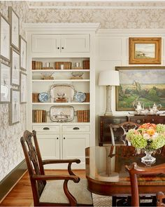 Like the white trim work with the dark furniture Cottage Dining Rooms, Dining Room Walls, Dining Room Furniture, Traditional Dining Rooms, Traditional Decor, Traditional House, Living Room Built Ins, Home Living Room, Diy Esstisch