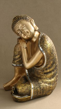 Exquisitely detailed buddha statue depicts Buddha with his head on his knee to inspire calm and meditation. Buddha Temple, Buddha Zen, Gautama Buddha, Buddha Buddhism, Golden Buddha Statue, Divas, Mirror Mosaic, Zen Art, Detail Art