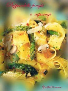 Pappardelle funghi e asparagi, un primo piatto semplice e delizioso.  Un mix di ingredienti gustosi che si amalgamano perfettamente.