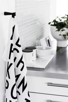 Black and White / Noir et Blanc Scandinavian Living, Scandinavian Interior, Kitchen Dining, Kitchen Decor, Kitchen Goods, Kitchen Modern, Rustic Kitchen, Kitchen Interior, Interior And Exterior