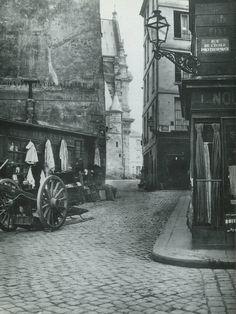 """La superbe rue de la Montagne-Sainte-Geneviève, au coin avec la rue de l'Ecole-Polytechnique, en 1868. Cette rue tortueuse abritait mille """"petits"""" métiers populaires, des marchands de fromage ou d'allumettes aux vitriers ou ramoneurs... Une photo de Charles Marville."""