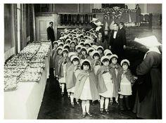 Reparto de dulces a los niños de la Casa de la Caridad, 1932.
