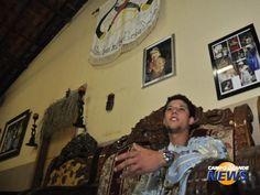 Pai de santo desde os 16 anos, jovem mora em terreiro e foge dos estereótipos Longe daquela imagem que se tem dos pais de santo, jornalista é sacerdote há 9 anos. (Fotos: João Garrigó)