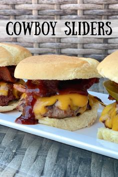 Cowboy Sliders recipe from RecipeGirl.com using bacon, jalapenos and @redgoldtomatoes delicious new 1776 Kickin' Honey BBQ Sauce. #redgoldtomatoes #redgoldrecipes #CookingwithRedGold #RedGoldSummerHits Hoagie Sandwiches, Slider Sandwiches, Bacon Recipes, Burger Recipes, Mini Sliders, Mini Hamburgers, Slider Buns, Honey Bbq, Slider Recipes