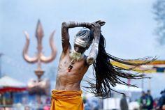 """17. Februar 2015. Ein Sadhu ordnet sein Haar, um es zu einem hohen Knoten auf seinem Kopf zu binden. Die """"heiligen Männer"""" des Hinduismus leben ohne Familie und Besitz. Um den Geburtstag des Gottes Shiva zu feiern, kommen Hunderte von ihnen zum Maha Shivaratri Festival in den Doleshwor Tempel nach Kathmandu, Nepal."""
