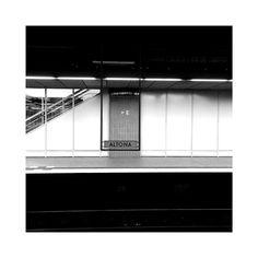 Augenkontakt #streetsign #soulfoto #monochromeart #altona #black #blackandwhitephotography #pictureday #hamburg #hamburgcity #stripe #artstagram #kunst #bahnhof #trainstation #traintracks