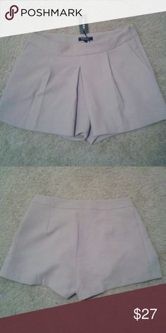 (S) CUTE SKORT Cute skort with two side pockets and a zip closure on the side. It can be dress up with a nice blouse and a pair of heels. It can be accessorize with whichever your preference might be. Size: Small Color: Tan Urban Outfitters Shorts Skorts