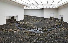 Riverbed por Olafur Eliasson. Imagen de la instalación Riverbed, 2014.