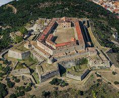 All about Castles: architecture, design, history, photographs . Castle House, Castle Ruins, Medieval Castle, Empire Time, Monuments, Star Fort, Castle Parts, Castle Pictures, Famous Castles