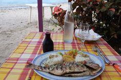 Un bon poisson grillé comme on l'aime chez nous avec sa garniture de riz et banane jaune.