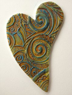 clay heart plaques with texture. make a stamp or glue drawing press. Homemade Clay, Diy Clay, Clay Crafts, Ceramic Jewelry, Ceramic Clay, Clay Ornaments, Paperclay, Polymer Clay Beads, Heart Art