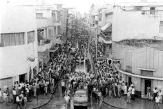 Calle El Conde, Desfile manifestación Constitucionalista, Revolucion de Abril del 1965 Santo Domingo, Republica Dominicana. Fuente : Imagen de Luis Salazar