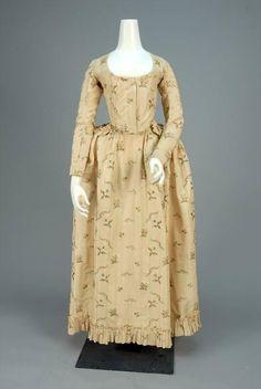 SILK BROCADE DRESS, PROBABLY GERMAN, 1790 - 1794. - Price Estimate: $600 - $800