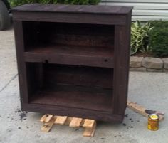 Make a shelving unit from a wooden pallet_02