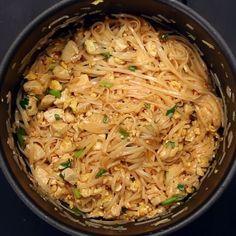 お鍋ひとつでパッタイができた!パクチー入りだよ  #料理好きな人と繋がりたい #パッタイ #タイ料理 #パクチー #コリアンダー #ナンプラー #センレック #アジアンフード #料理動画