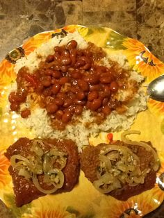 White rice with pink beans, green olives and red pepper. Beef steaks with yellow onion and garlic. Beef Steaks, Puerto Rican Recipes, White Rice, Red Peppers, Olives, Vegetable Pizza, Onion, Garlic, Spanish