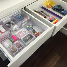 Bom dia!! Gavetas do meu Home Office organizadas com produtos organizadores transparente. Fica prático demais! Adoro! Esses são da @designcoza. #organização #homeoffice #gavetas #organizesemfrescuras #personalorganizer