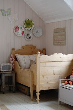 Bed grows longer as needed. Swedish Design, Swedish Style, Woodworking Inspiration, Pine Furniture, Sleigh Beds, Childrens Beds, Vintage Room, Little Girl Rooms, Kid Spaces