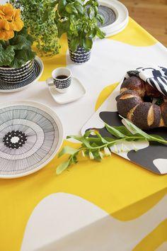 モノトーンでまとめたテーブルウェアを引き立てる様に敷かれた黄色のテーブルクロス。ビビッドな色も子供っぽくならないのが北欧の配色ならでは。