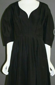 创作者: Gertrud Höchsmann; 创作日期: late 1940s /early 1950s; #neckline #50sstyle #wienmuseum 1940s, Neckline, Vintage, Black, Dresses, Fashion, Gowns, Moda, Black People