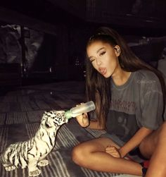 Day 14 Ariana with animals. This day was hard bc it isnt easy to find pictures of her with animals and not her pets. There you go enjoy Edit I have doubts with the first image I guess it is edited but whatever Ariana Grande Fotos, Ariana Grande Wallpapers, Ariana Grande Cute, Ariana Grande Photoshoot, Ariana Grande Outfits, Ariana Grande Pictures, Dangerous Woman, Mode Outfits, Favorite Person