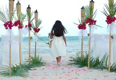 Tiki torches with a tropical theme www.abeautifulfloridawedding.com