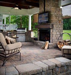 cuisine extérieure, habillage cheminée en pierre naturelle et revêtement de sol assorti