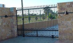 Esta puerta corredera queda decorada con estos cinco detalles centrales. Cerramientos Candela se preocupa por el diseño.