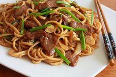 Ingrédients : Pour 4 personnes : 2 escalopes de poulet 400 gr de nouilles chinoises 200 gr de pousses de bambou (en