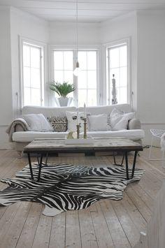 måndagen den 4:e mars 2013SOLIG MÅNDAG! I mitt vardagsrum har zebra skinnet åkt fram igen:)) Tänk hur man håller på:) Fram och tillbaka.....Ibland tycker jag det blir ombonat med matta och andra stunder vill jag bara ha rent och kalt. Få se hur länge det får ligga denna gång! ÖNSKAR ER EN FIN VECKA!