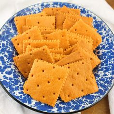 Crispy cheddar crackers made from scratch without much effort. Uses cheese powder. Milk Recipes, Snack Recipes, Cooking Recipes, Cheddar Cheese Powder, Cheese Cracker Recipe, Homemade Crackers, Homemade Cheese, Powder Recipe, Dehydrated Food