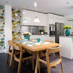 Perfekt Weiße Küchenzeile, Holz Esstisch Und Farbige Tapeten Mit Blumen  Wandgestaltung Küche, Küche Esszimmer,